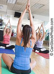 instrutor, levando, classe ioga, em, ginásio