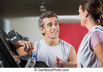 instrutor, olhar, femininas, cliente, exercitar, ligado, treadmill