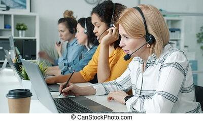 intérieur, conversation, centre, portables, ouvriers, fonctionnement, appeler, femmes, utilisation, groupe, bureau, écouteurs