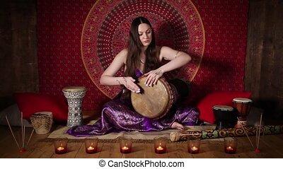 intérieur, femme, tambour, jouer