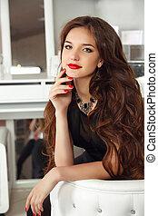 intérieur, lèvres, girl, femme, nails., makeup., élégant, sain, bouclé, manucuré, beau, dame, portrait, long, apartment., moderne, style pose, blanc rouge, cheveux