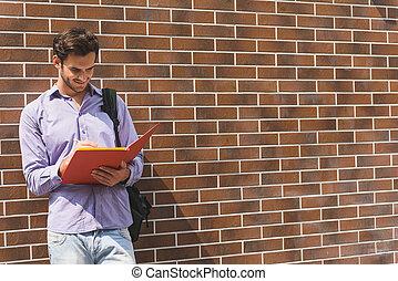 inteligente, estudante masculino, fazer anota