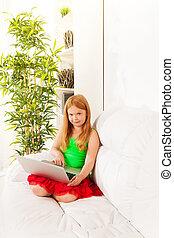 inteligente, loura, menina, com, laptop