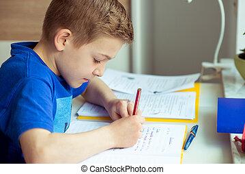 inteligente, menino, faz, dever casa, em, seu, sala