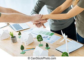 intelligent, équipe, de, ingénieurs, serrer main, après, finir, a, difficile, projet