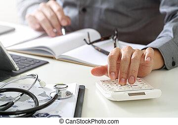 intelligent, docteur, healthcare, honoraires, calculatrice, moderne, concept., coûts, hôpital, monde médical, utilisé, main