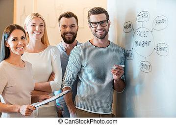 intelligent, gens, whiteboard, business, appareil photo, désinvolte, jeune, réussi, ensemble, team., gai, placer, sourire, groupe, regarder, usure, quoique