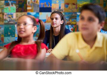 intelligent, girl, écoute, à, prof, à, école