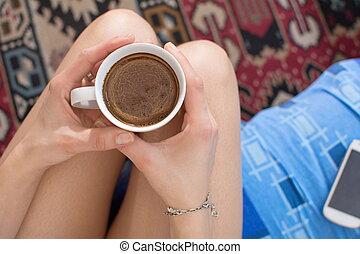 intelligent, girl, avoir, lit, téléphone, café