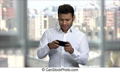 intelligent, homme, téléphone., indien, ligne, excité, jouer jeux