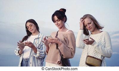 intelligent, leur, rue., téléphones, texting, trois, dames