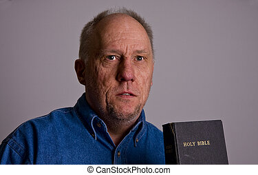 intenso, homem velho, com, bíblia