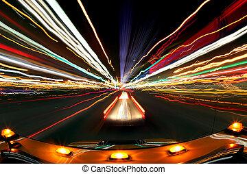 intentional, mancha, imagen, de, conducción, por la noche, con, ciudad enciende, y