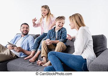 interação, família, sentando, sofá, isolado, junto, caucasian branco, feliz
