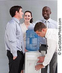 interagire, persone ufficio, watercooler, affari, multi-etnico, sorridente