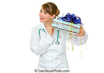 interesado, médico médico, valor en cartera de mujer, presente, en, manos, aislado, blanco