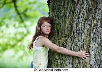 interesado, niña, se abrazar, árbol, en el estacionamiento