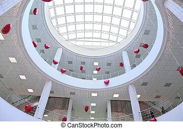 interior, de, comercial, centro, adornado, con, infatable, corazones