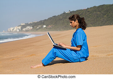 intern, gebruikende laptop, op, strand