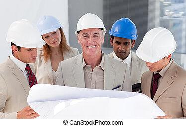 internacional, ingeniero, compañeros de trabajo, disscussing, un, proyecto