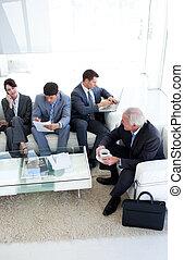 internationales geschäft, leute, sitzen, und, warten, für, a, arbeit, interview., geschaeftswelt, concept.