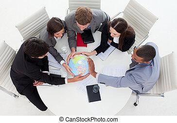 internatonal, equipe negócio, segurando, um, globo terrestre
