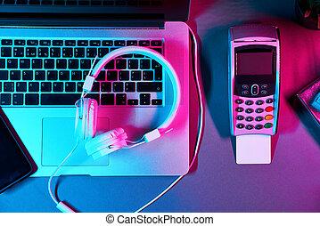 internet, téléphone, ordinateur portable, tampon, achats, boîte, concept, néon, cadeau, paiement, écouteurs, épingle, carte, colors.
