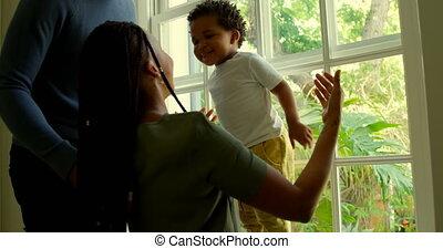 interpretacja, czarnoskóry, okno, dom, jego, bok, rodzice, prospekt, wygodny, 4k, próg, syn, młody