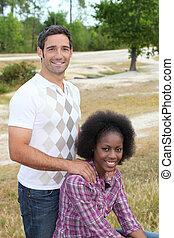 interracial カップル, 公園, 弛緩
