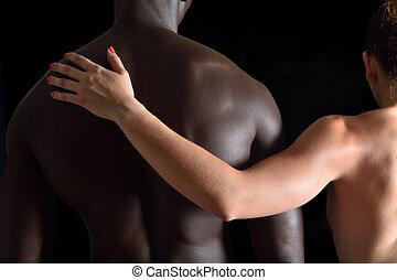 interracial カップル, 抱擁, 背景, 黒