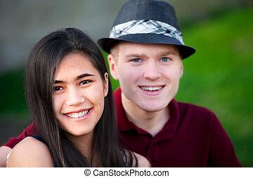 interracial カップル, 若い, 一緒に