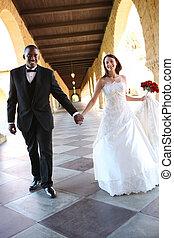 interracial, 魅力的, 結婚式の カップル