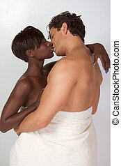 interracial coupler, emballé, dans, blanc, serviette bain