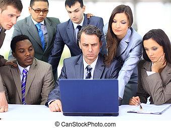 interracial, equipo negocio, trabajar, computador portatil, en, un, moderno, oficina