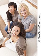 interracial, groep, van, drie, mooie vrouwen, vrienden, het glimlachen