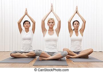 interracial, grupo, de, três, mulheres bonitas, em, posição ioga