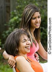 interracial, madre, hija, juntos, sentado
