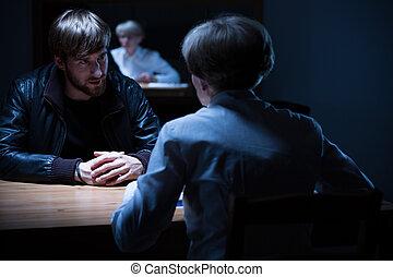 interrogación, cuarto oscuro