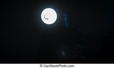 Cuarto oscuro, interrogatorio. Oscuridad, lámpara, habitación ...