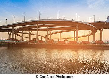 intersección, encima, ocaso, frente, río, carretera