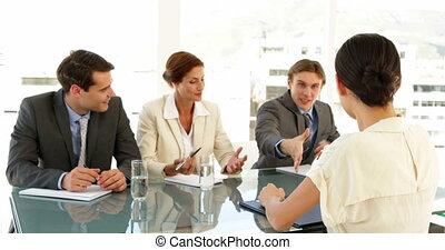interviewé, être, heureux, femme affaires