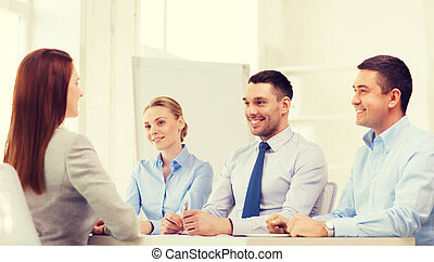 interview, businesswoman, het glimlachen, kantoor