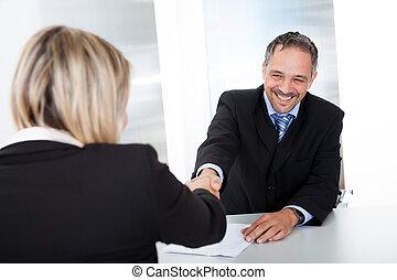 interview, zakenman, schuddende handen