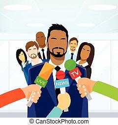 intervista, uomo affari, caposquadra, mani, con, microfoni