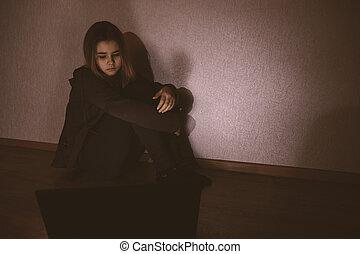 intimidated., desesperado, menina, laptop, stalker, linha, cyberbullying, triste, intimide, sofrimento, vítima, criança, assédio, sentimento, intimidou, assustado, social