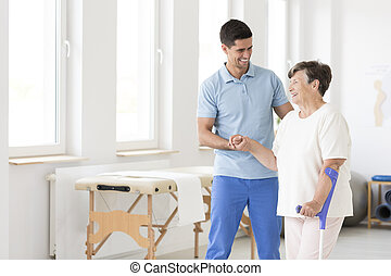 invalide, gedurende, oude vrouw, rehabilitatie