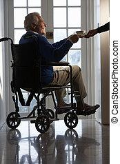 invalide, hogere mens, zittende , in, wheelchair, wezen, overhandigde, kop