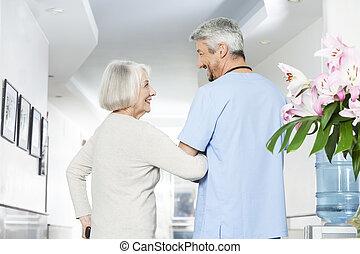 invalide, oude vrouw, kijken naar, middelbare leeftijd , fysiotherapeut