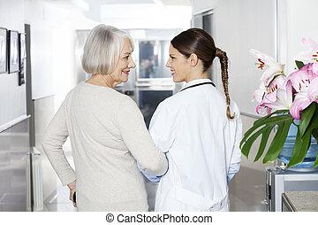 invalide, oude vrouw, staand, met, arts, op, rehab, centrum