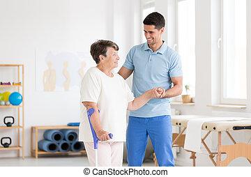 invalide, oudere vrouw, met, endoprosthesis